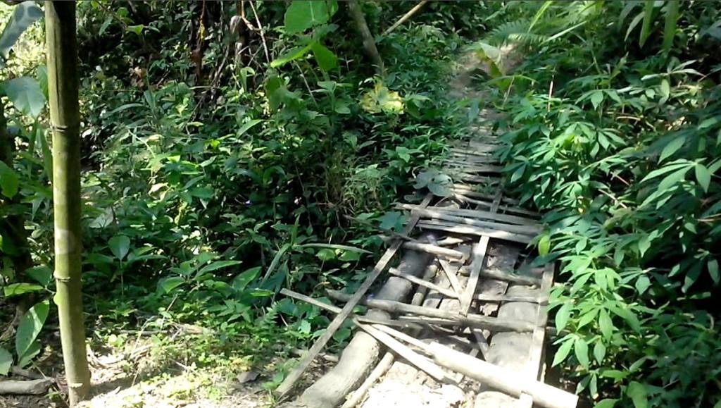 curug-cipendeuy-07-ada-jembatan-batang-phn